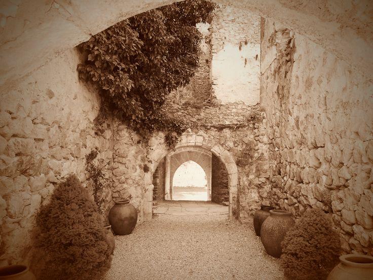 Arcos de los diferentes muros de las distintas etapas de la construcción del Castillo.