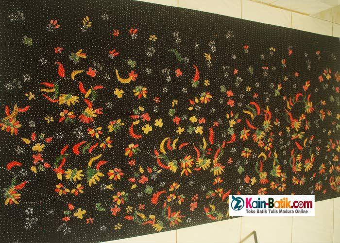 Batik motif flora fauna bergambar bunga dan tumbuhan warna warni cerah. Motif bunga merupakan batik modern dengan harna dasar hitam yang pekat.  Paduan warna tumbuhan hijau tosca  dan hiasan flora fauna Nusantara dengan dasar hitam motif bulat bulat kecil yang indah. Kain batik madura dibuat dari bahan kain katun halus. Source: http://kain-batik.com