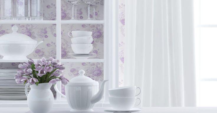 Cómo hacer tus propias cortinas para la cocina. Las aplicaciones para las ventanas de la cocina varían desde el estilo campestre con tela a cuadros, a transparencias elegantes y persianas de plantación. Las cortinas multicolores y los modelos complementan la decoración de tu cocina, mientras que las de color sólido no se oponen a los otros tonos de la habitación. Hacer tus propias cortinas te ...