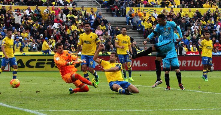 Jogo de futebol entre o Barcelona e o Las Palmas pelo Campeonato Espanhol.  Fotografia:  Elvira Urquijo / EFE.
