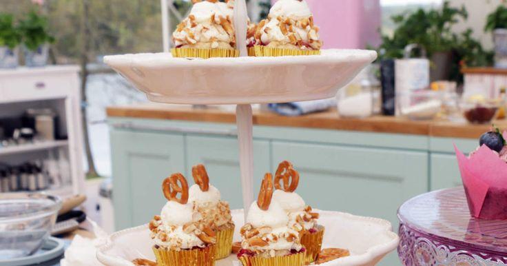 Saftiga muffins med bretzels och röda vinbär, toppas med marängsmörkräm och minibretzels.