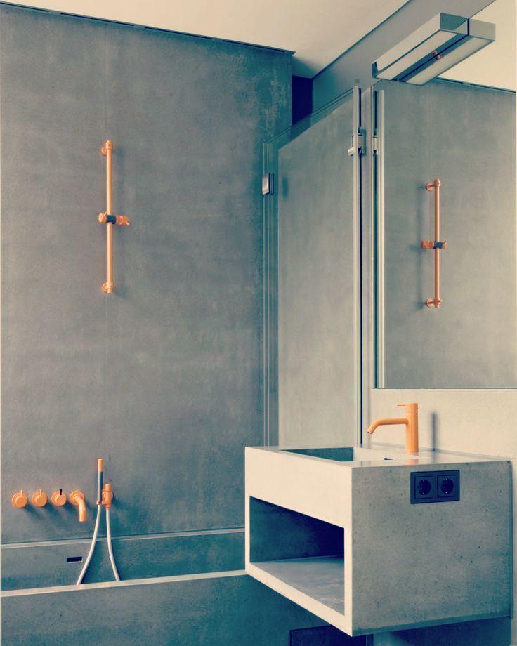 """Confesso que estou ficando apaixonada por banheiros """" cinzas"""". Esse tem um acabamento em cimento queimado. E esses toques de amarelo hein ??!! Que charme! #Arquitetura  #Decora #PontosdeCor #Design #Ducha #Intimidade #Home #HomeDesign #Inteiores #Arte #beautifull. by worldofsuzan http://discoverdmci.com"""
