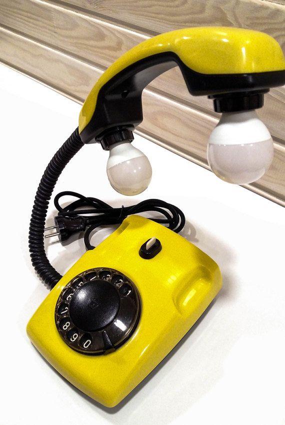 Model roterende telefoon Lamp Deze bijzondere lamp is handgemaakt uit vintage USSR roterende telefoon. De hand-set heeft twee 5 watt kandelaar LED lampen ondersteund door niet-flexibele pijp. Het elektrische gedeelte is gemaakt met uiterste zorg, so its ready is een lang en veilig gebruik. Dit is een geweldige manier om te voegen vintage en loft sfeer aan uw interieur. OBJECTGEGEVENS Gewicht: 2kg (ongeveer) Voltage: 110 ~ 220V Gloeilamptype: alleen geleid Grootte van de aansluiting van de...