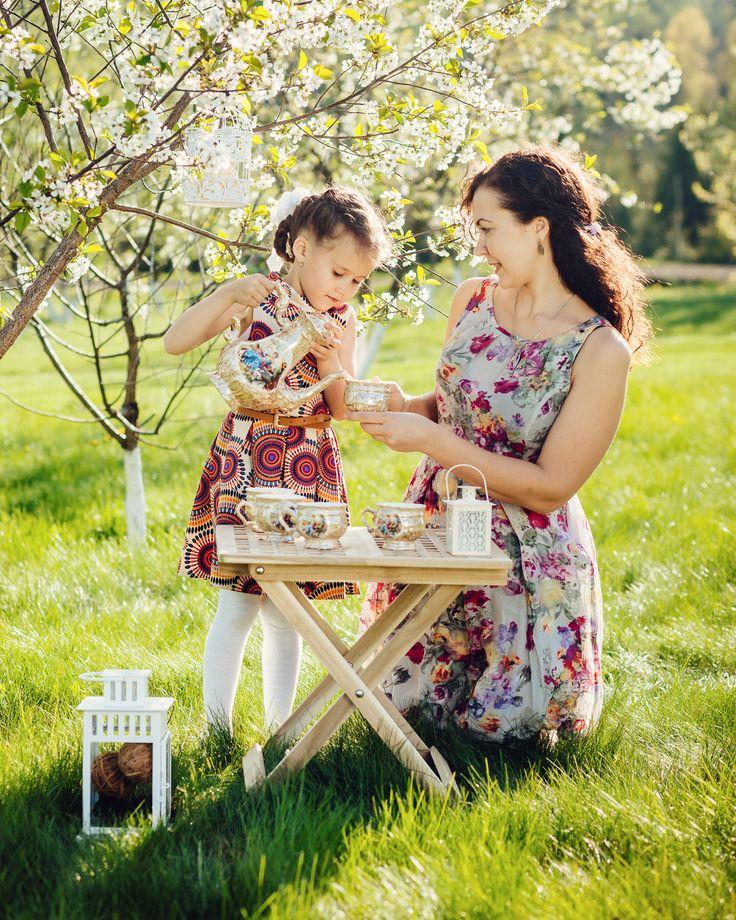 Сейчас трудно в это поверить но до майских чаепитий в цветущих садах остался всего один месяц! На фото - Люда и ее дочка Маша. . . . #sunphotoru #sunphotokids #may #springiscoming #teaparty #solnechnogorsk #солнечногорск  #цветущийсад #семья #чай #май #вишня #вишневыйсад