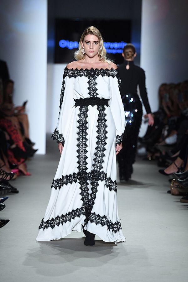 55b1cb34f759 Μάξι λευκό φόρεμα με χαμόγελο και λεπτομέρειες μαύρης δαντέλας ...