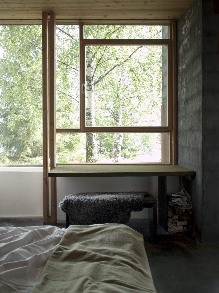 Fönster från Tri fönster/Corexor i Kalix. Fönsterbleck behövs inte. Väggplåtar av två millimeters corténstål på tre sidor av fasaden. Tak med papp och delvis kanalplast som ger både fint rumsljus och regnljud.