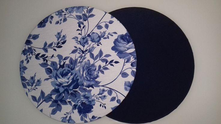 Capa de Sousplat (35 cm de diâmetro) DUPLA FACE em Gorgurinho com as seguintes cores: frente Floral Azul Marinho e Branco e verso Liso Azul Marinho.  O preço é referente a 1 (uma) unidade de Capa de Sousplat Dupla Face.    ATENÇÃO: Em caso de não haver estoque a foto é ilustrativa.  Sujeito a con...