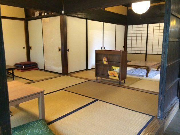「コミカフェななほし」以前は土間であった部分にある テーブル席のほかに 板間のソファー席や 縁側を挟んでお庭を眺めることのできる 畳の和室もあります。