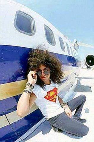 Slash di samping lear jet sewaan milik Metro Goldwyn Mayer (MGM) Grand Las Vegas. Pesawat yang mengantar Guns dalam Illusion Tur. Juga dipake pas pembuatan klip Estranged