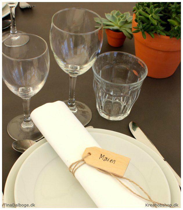 inspiration til fester borddækning med bordkort af manillamærke i træ