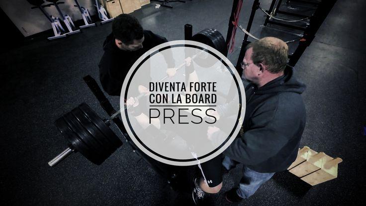 La Board Press è un complementare della panca piana. Scopri come utilizzarla per incrementare la tua panca e diventare più forte di petto e tricipiti.