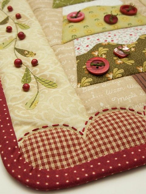 applique christmas tree and holly - I like the scalloped and stitched border and the fabric combo