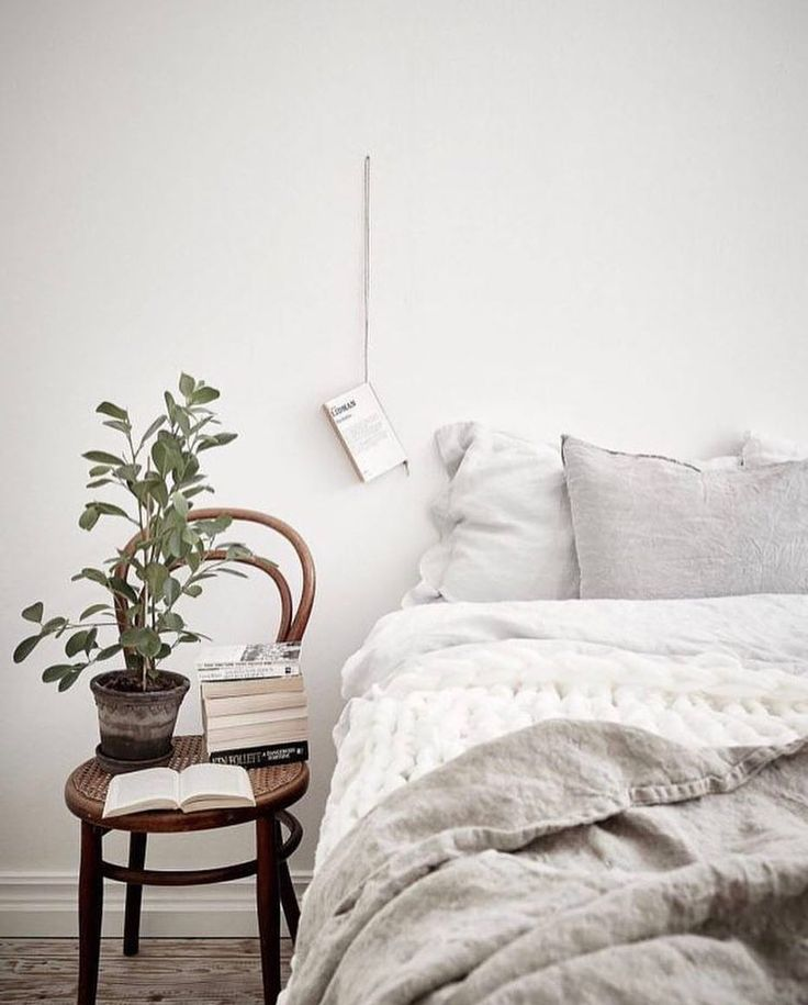 Good evening ♡! This is the time to really hygge-ing it up at home to counteract the cold weather that is coming up. Make use of the concept of #hygge aka living cosily by adding cushions, blankets and candles to your home. So, let's grab our favourite books and snuggle up in bed. Ideas to steal from this picture: ① #thonet chair as a side table (see similar decor idea a few posts ago) ② Alternative way to display your books by hanging them on strings #easydiy ③ Place a plant right next to…