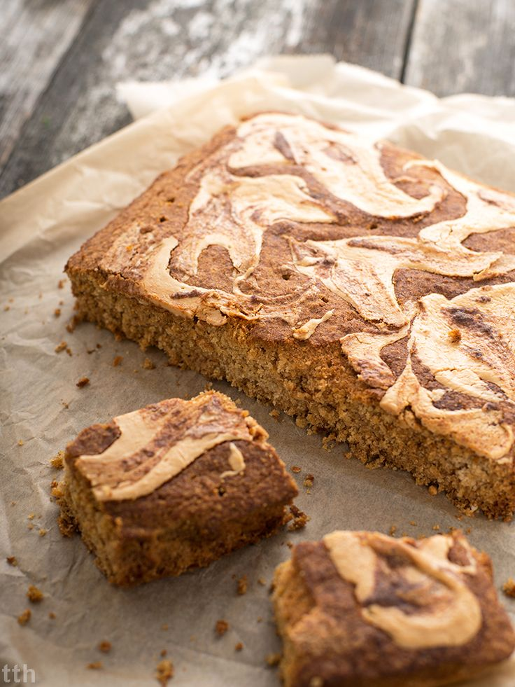 Wegański, bezglutenowy i nie zawiera w sobie ani grama cukru wypiek. Bo zdrowe też może być pyszne! Masz ochotę na ciasto gruszkowe z masłem orzechowym?
