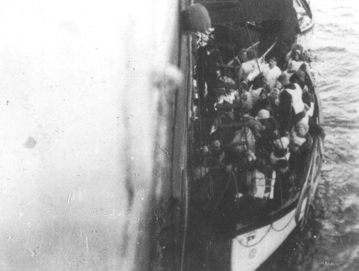 Naufragos del Titanic son subidos al Carpathia