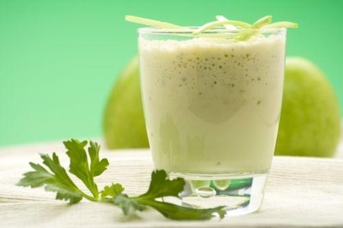 Rico batido de apio y manzana verde  para ayudarte a adelgazar