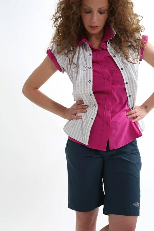 The North Face Women's Short Sleeve Lopi Luwak Shirt è una nuova camicia in stile classico atletico-casual caratterizzata da un vivace motivo a scozzese disponibile in diversi colori vivaci.