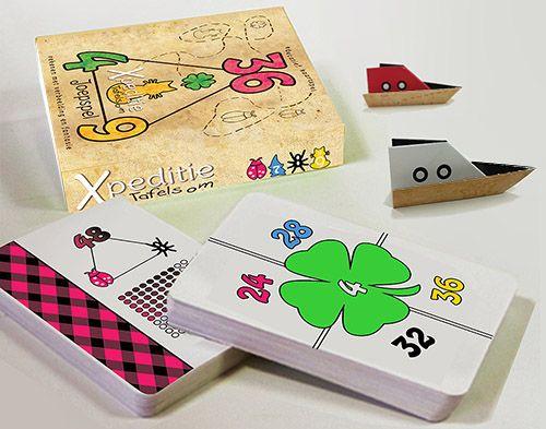 """Xpeditie tafelsom is een kaartspel, waarmee kinderen op een leuke manier kennis maken met de tafelgetallen. Bij het spel hoef je niet te rekenen en toch leer je de tafels!  Elke tafel heeft zijn eigen kleur en symbool gekregen.  Door de visualisatie van het beeld, is het terughalen van de som een makkie. Stap in je bootje en ga op zoek naar de schatten die onder de """"tafeleilanden"""" verstopt liggen!"""