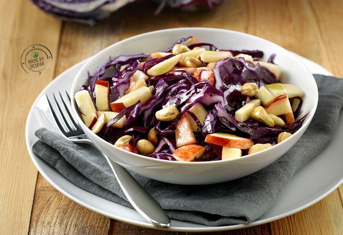 insalata invernale, con cavolo viola e mela, pronta in 10 minuti.