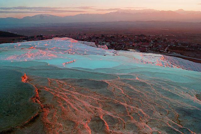 Blue and Pink Pamukkale Turkey トルコ西部パムッカレの石灰華段丘。世界遺産になっている有名な場所だが,白い岩と青い水の対比は何度見ても美しい。 https://twitter.com/ogugeo/status/294570694333829121