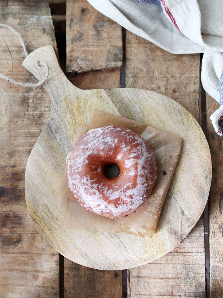 Deliciosos y súper esponjosos donuts caseros con glaseado de vainilla. Poder disfrutar de unos donuts recién hechos y además caseros, es un placer. Es importante respetar muy bien los tiempos de levado, para que nos quede una masa suave y al freírlos nos queden bien esponjosos. Necesitaremos un cortador de donuts y un termómetro de cocina para ver la temperatura del aceite, ya que es muy importante Ingredientes: 20 g de levadura fresca 400 g de harina 30 g de azúcar 250 ml de leche 1 pizca…