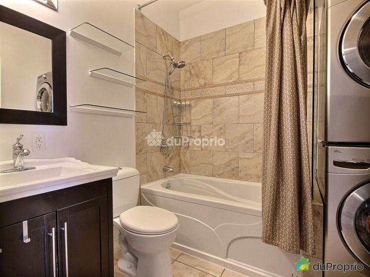 Belle salle de bain renovée  coin laveuse et sécheuse avec entrée d'eau