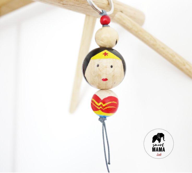 Portachiavi in perle di legno dipinte a mano, wooden beads keyholder, personaggio Wonder Woman, supereroi di SmartmamaLab su Etsy