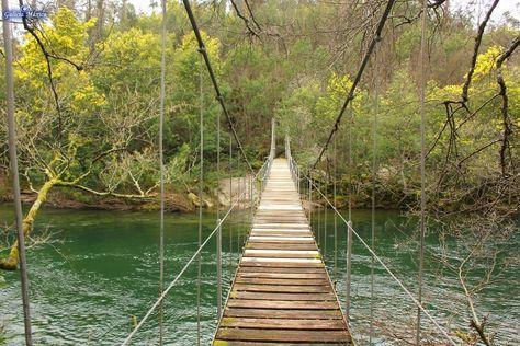Información sobre el puente colgante que cruza el Verdugo poco después de su unión con el Oitavén, en Soutomaior, Pontevedra