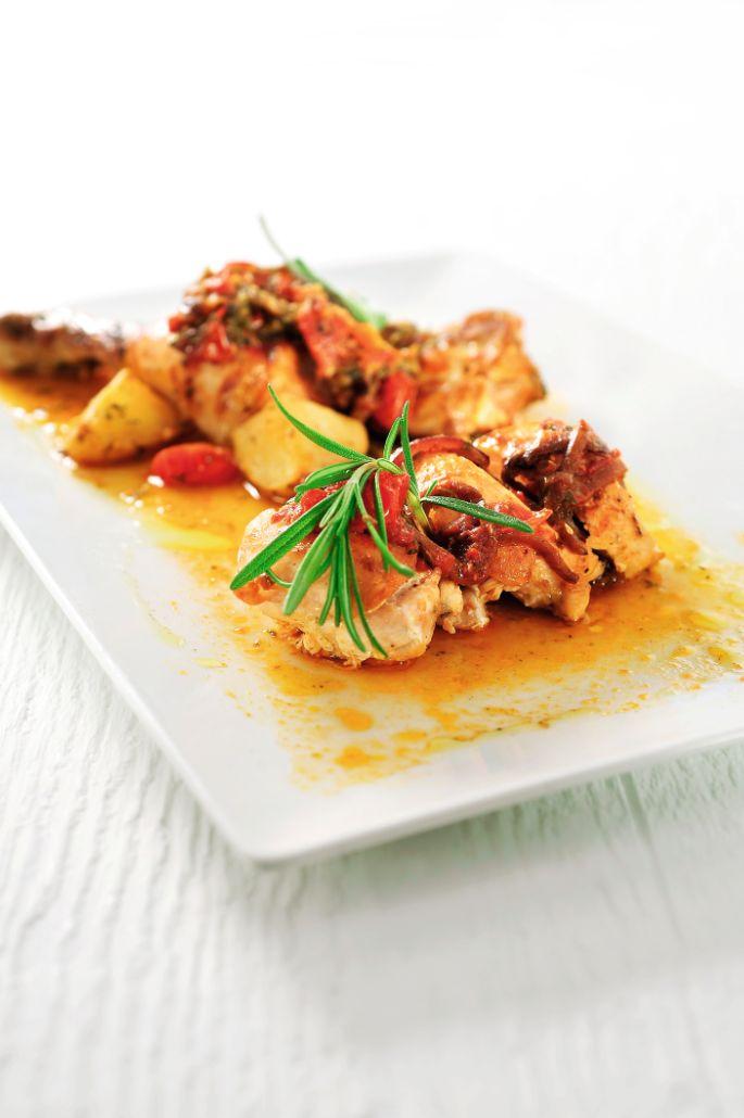 Bereiden:Maak de kippenvleugel:Verwarm de oven voor op 180°C. Snijd het boutje van de kippenvleugel, kruid met de zeezout-kruidenmix en peper.Doe een scheutje olijfolie in de pan en bak de kip langs beide kanten aan. Doe de rode ui erbij, samen met de aardappelblokjes, knoflooken kerstomaatjes. Besprenkel met olijfolie en breng op smaak met de verse kruiden. Blus met witte wijn en kruid af met peper.