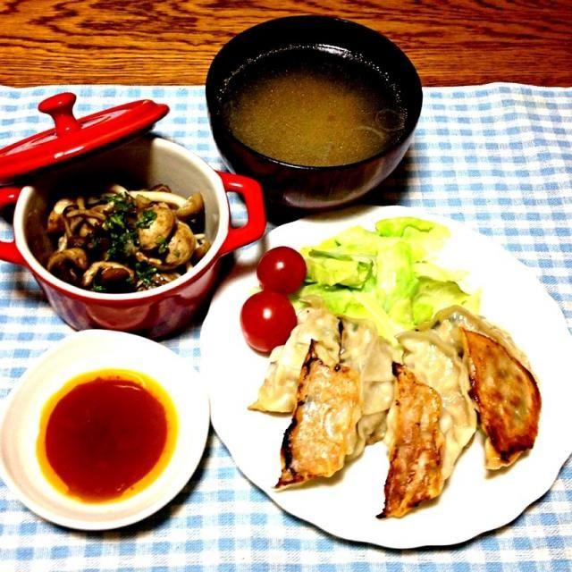 友達がFacebookで美味しいと教えてくれた餃子。 - 56件のもぐもぐ - お持ち帰り餃子・マッシュルームとしめじのパセリ炒め・ダシダで中華スープ by madammay