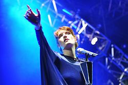 Google Image Result for http://upload.wikimedia.org/wikipedia/commons/thumb/5/5a/Florence_and_the_Machine_at_Coachella.jpg/250px-Florence_and_the_Machine_at_Coachella.jpg