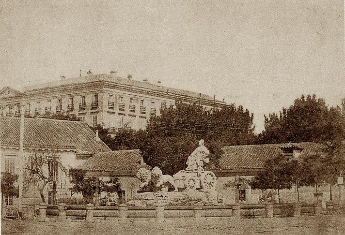 Madrid La Cibeles en su primitivo emplazamiento. Calotipo, hacia 1855. J.Rodríguez. Colección Martín Carrasco -- La fuente e la Cibeles fue diseñada por Ventura Rodríguez e instalada en la plaza que lleva su nombre en 1782. En un principio no se colocó en el centro de la plaza, sino que estaba de espaldas al Palacio de Buenavista (actual  Cuartel General del Ejercito), mirando a la fuente de Neptuno. No fue hasta 1895 cuando se  colocó en el centro de la Plaza, tal y como est