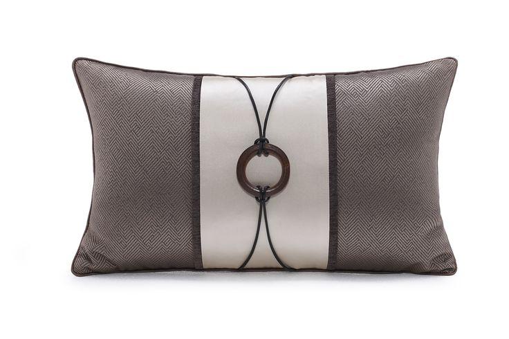 元熙壹品 现代/新中式样板房/浅咖色回纹拼米色丝布木圈扣装饰枕