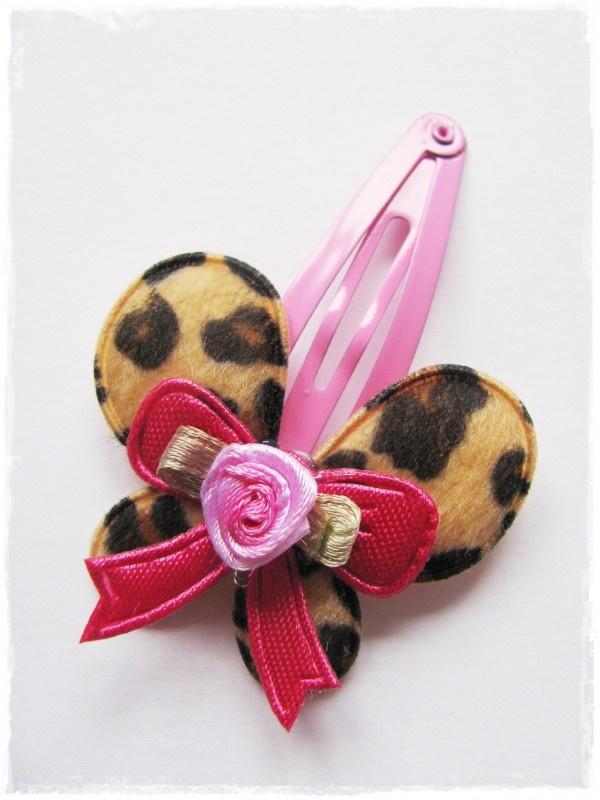 haarspeldje roze met tijgerprint vlinder en fuchsiaroze strikje met roosje
