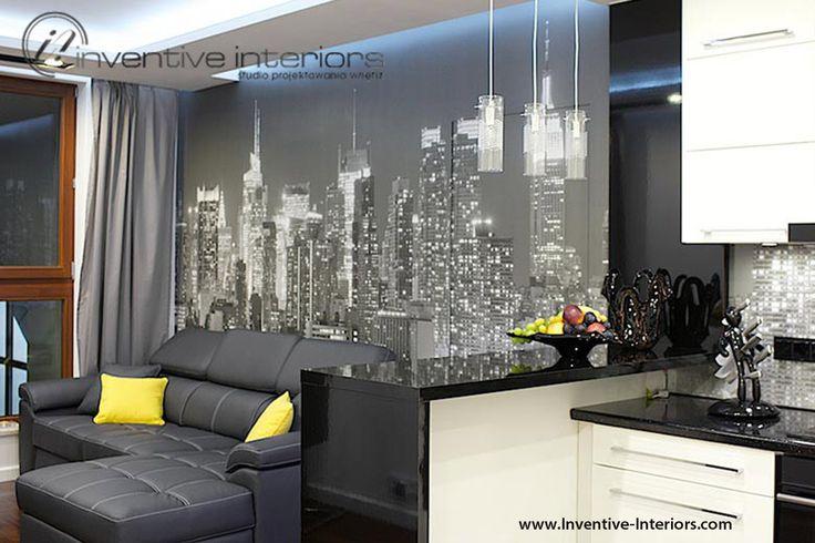 Projekt salonu Inventive Interiors - fototapeta za sofą