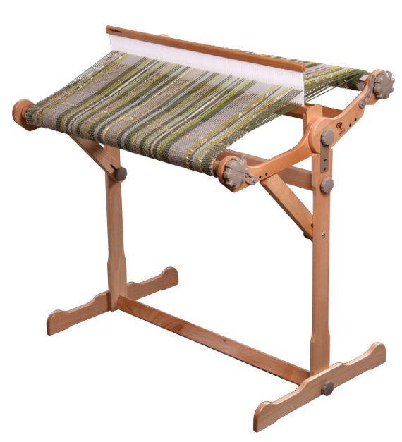 Est synonyme de toutes les tailles et types d'Ashford Heddle rigide métiers à tisser. Styles varient de métier à tisser (voir descriptions et des notes de photo pour les détails de votre support).  Rigide Heddle Loom Stand (2 premières photos) Un support solide et robuste de métier à tisser est disponible pour les quatre tailles rigide Heddle Loom, 40, 60, 80 et 120 cm (16, 24, 32 et 48ins). Facile à assembler et à fixer, avec deux étagères très pratiques. Angle de métier pratique et le pied…
