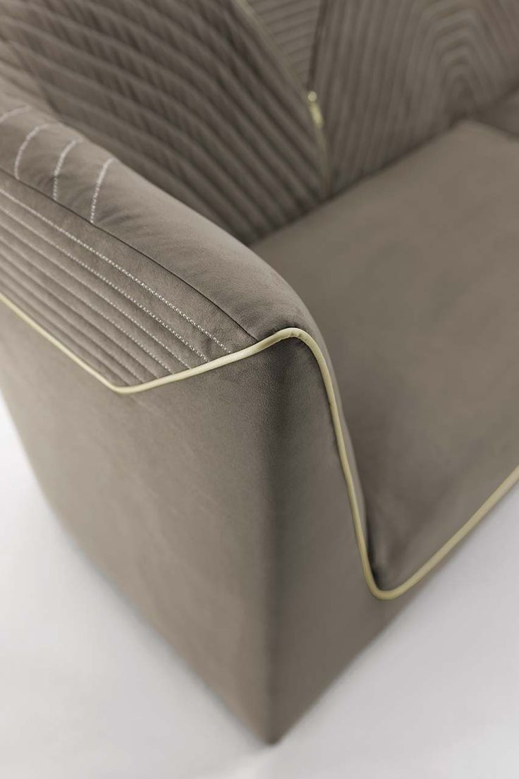 Raffinati ricami e sofisticati dettagli, impreziosiscono il divano Ranieri rendendolo sofisticato e allo stesso tempo un oggetto di design. ...
