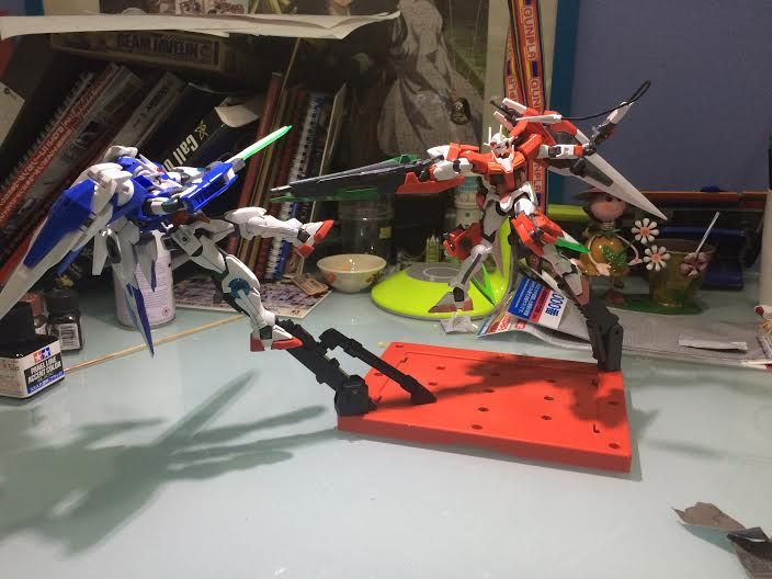 Remus Ng (Singapore) The concept behind this is that the seven swords Gundam is in a simulation, hence the inspection colours, testing its improved combat abilities over the 00 Raiser. The Seven Swords then beats the Raiser, and is about to destroy it, hence its current pose.