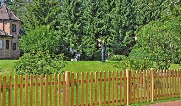 Der Lattenzaun Charlottenburg wird aus der robusten Eiche gefertigt. Der Klassiker unter den Gartenzäunen, aufgrund seiner natürlichen Optik. Die Zaunelemente haben die Maße 200 x 100 cm. Das Zauntor misst 100 x 100 cm. Diese und weitere Holzzäune finden Sie unter http://www.meingartenversand.de/gartenzaun/holz-gartenzaeune.html