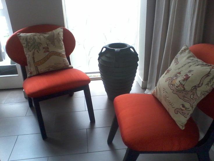 Sitiales seda naranja / Cojines chinescos celedón / Anfora siglo XVIII.
