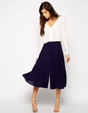 En la sencillez al vestir podemos encontrar protagonismo. #MenosEsMas Adorable navy culottes - like a big swingy skirt