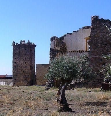 """Estado ruinoso en que se encuentra el Palacio de los Pizarro, conocido en Conquista como """"El Castillo""""."""