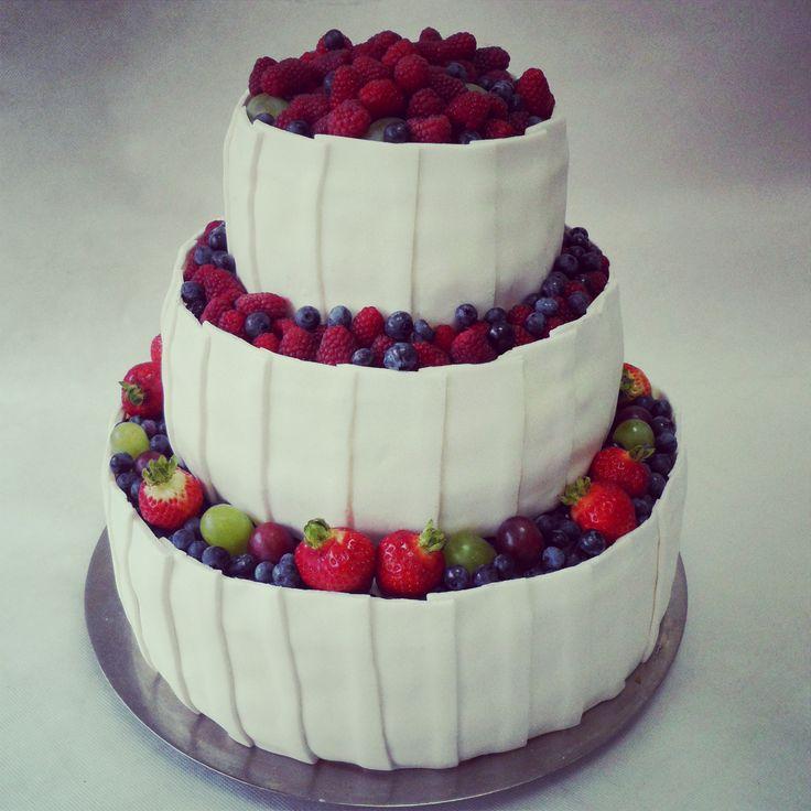 tort w stylu angielskim, tort z owocami, tort weselny zasypany owocami, biały tort weselny z truskawkami, tort weselny z borówkami amerykańskimi