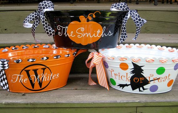 Halloween Candy Bucket. Definitely making these for this year: Dollar Stores, Ribbons, Cricut Vinyl, Cute Ideas, Halloween Candy, Halloween Buckets, Stores Buckets, Cricut Projects, Candy Buckets