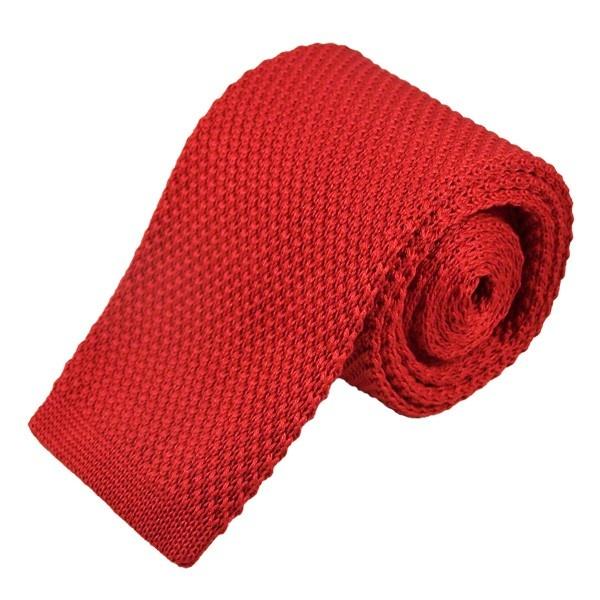 Een gebreide stropdas is erg hip met een platte onderkant. Deze rode gebreide stropdas is gemaakt van katoen.
