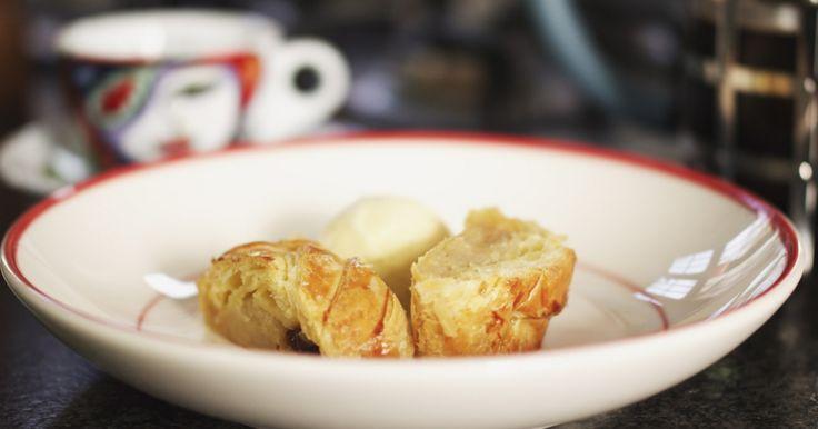Oostenrijk is de bakermat van een heerlijk appeltaartje dat je zowel warm als koud kan eten. Serveer de appelstrudel als dessert met een bolletje ijs erbij, of als smakelijke fruitige hap voor bij de koffieklets. Met dank aan bakker Eddy voor de tips!extra materiaal:een vel bakpapier of een siliconenmatjeeen borsteltje of breed penseel