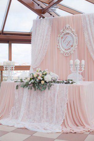 Оформление главного стола для молодожен в персиковом цвете
