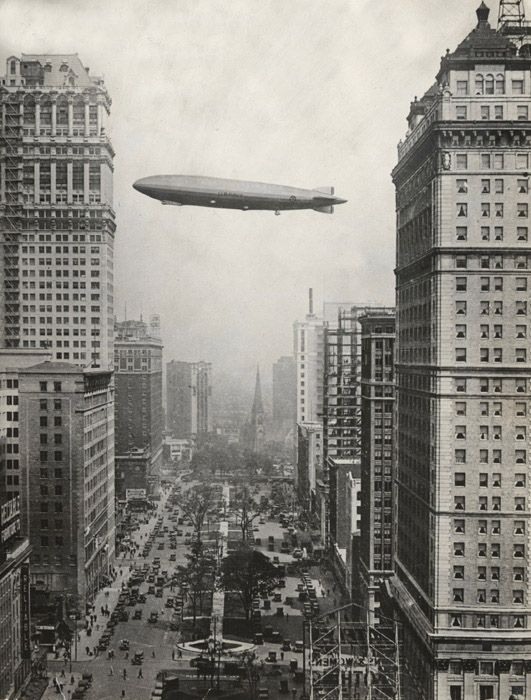 The airship, Los Angeles, flies over Washington Boulevard. Detroit, 1926.