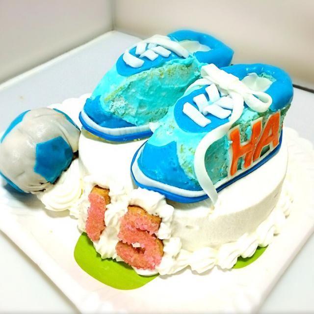 スポンジケーキは、HM使用のスフレパンケーキのレシピ マシュマロのフォンダンで、パーツをつくり、デコレーションし、別で作っておいたアイシングクッキーで、番号を作りました。 - 40件のもぐもぐ - サッカー少年のバースデーケーキ by sweetsfun3