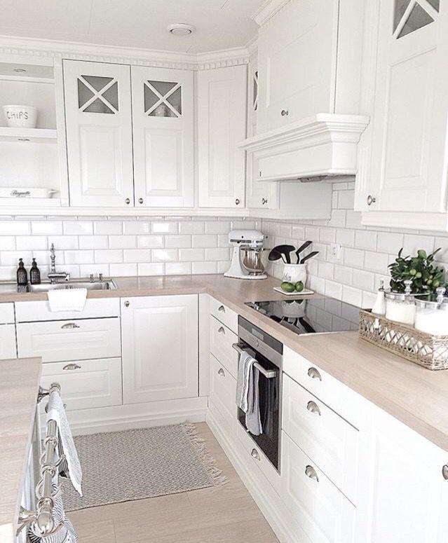 Detail De Corniche Au Dessus Du Meuble Au Backsplash Corniche De Dessus In 2020 Kitchen Design Interior Design Kitchen White Kitchen Design
